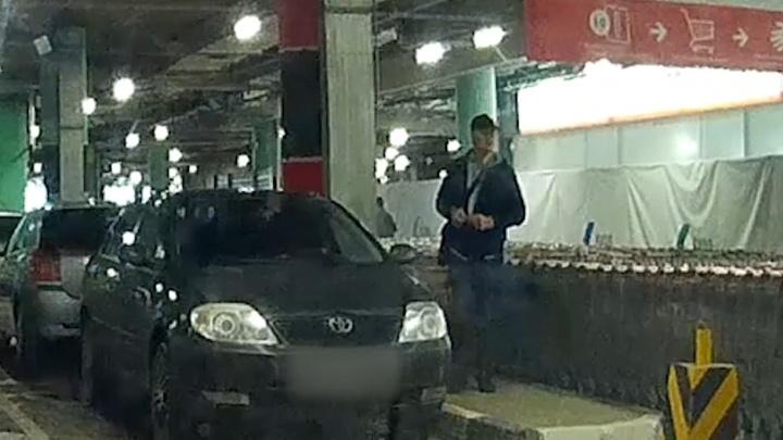 В Екатеринбурге ищут по видео грабителя, который вскрыл машину на парковке ТЦ