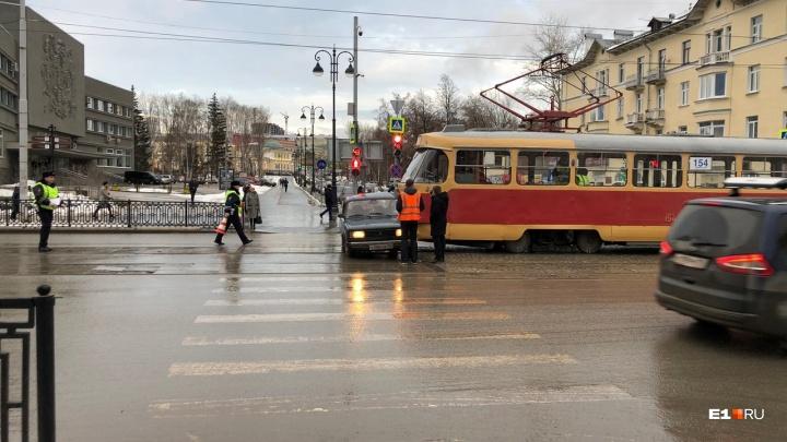 На Московской трамвай протаранил «пятерку». Из-за ДТП образовалась пробка