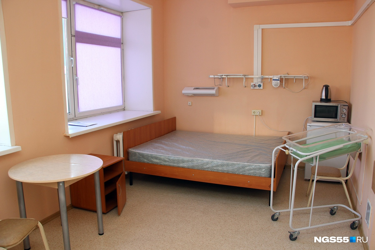 В этой одноместной палате нестандартная большая кровать
