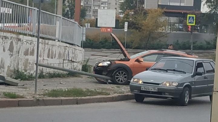 В центре Волгограда кроссовер снёс столб