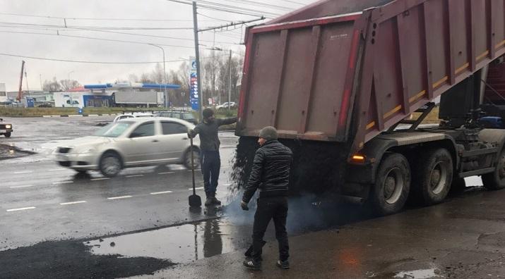 Не сахарный, не растает: дорожники в дождь укладывали асфальт на самом большом проспекте в Ярославле
