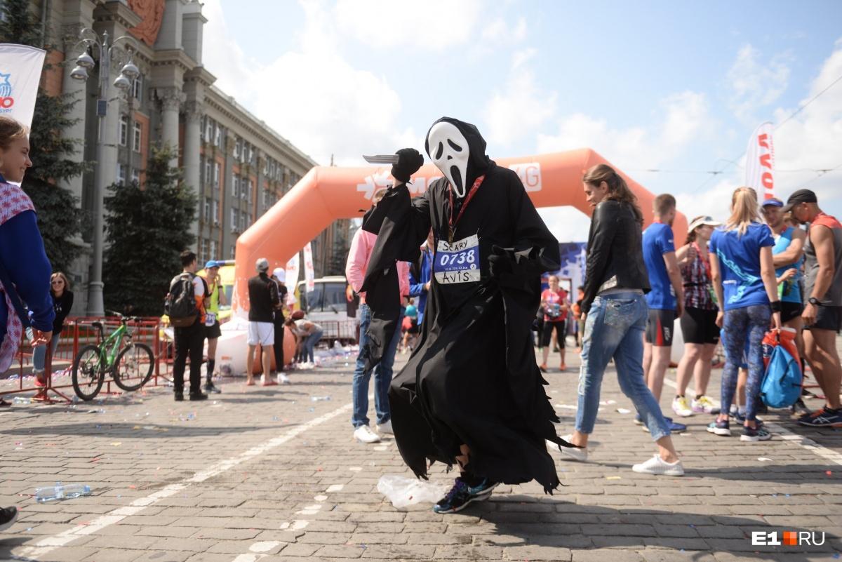 Этот парень в костюме маньяка из «Крика» пробежал 42,2 километра