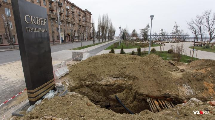 «Нас эти правила уже не удивляют»: в центре Волгограда ради укладки труб разломали новую брусчатку