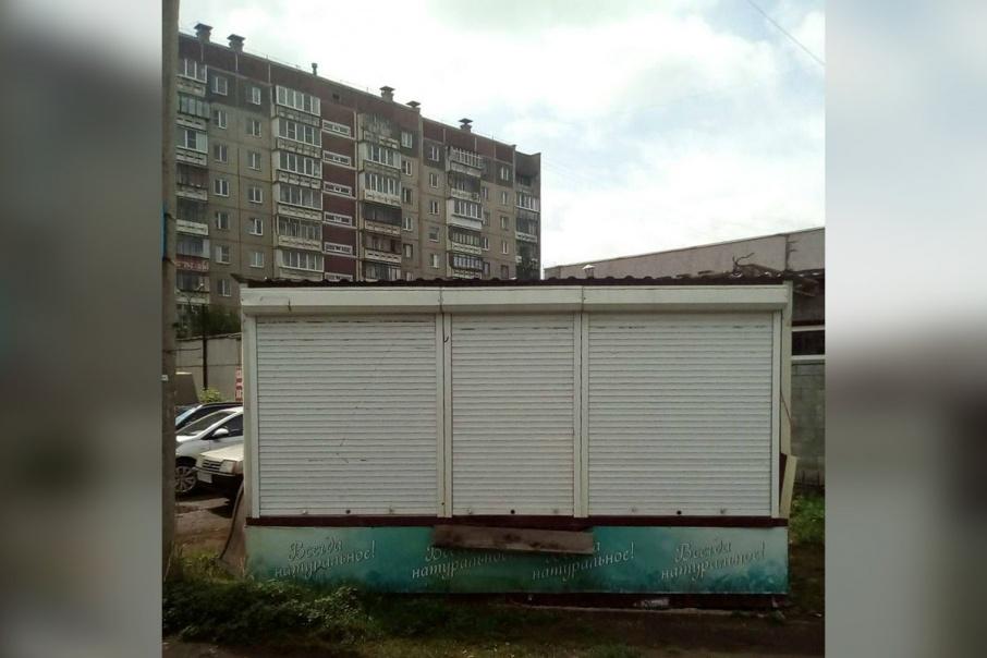 Очередной незаконный киоск на днях установили на газоне около дома № 11 на улице 250-летия Челябинска. Жители вызывали полицию, но газон отстоять не удалось