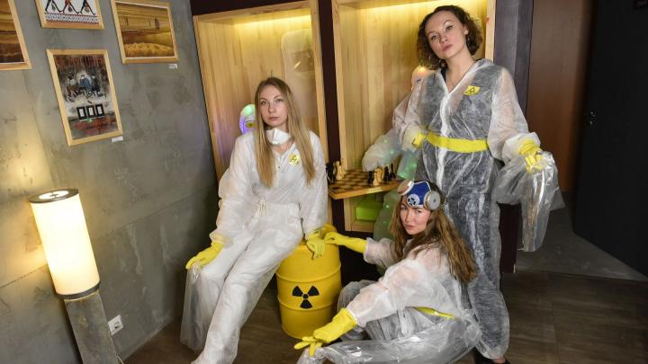 Художницы, которые гуляли по городу с голой грудью, устроили перформанс против урановых «хвостов»