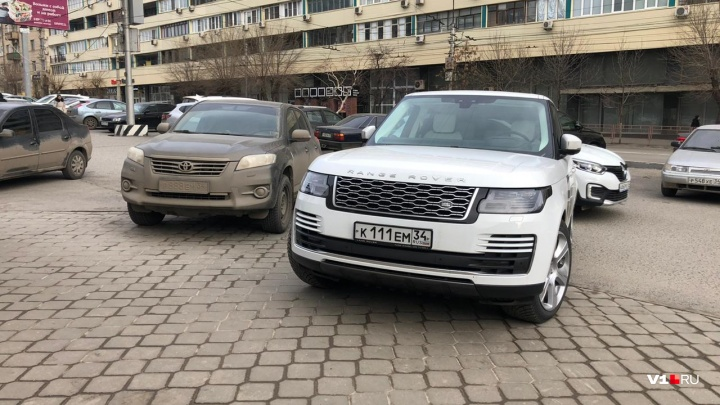 По тротуару как по дороге: автохамы Волгограда захватывают пешеходные дорожки