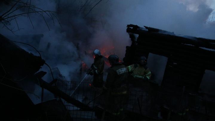 В Уфе сгорел деревянный барак: его тушили четыре машины