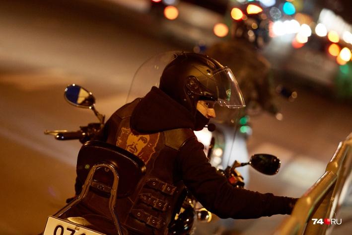 Большой мотоцикл заметнее на дороге, чем спортивный байк