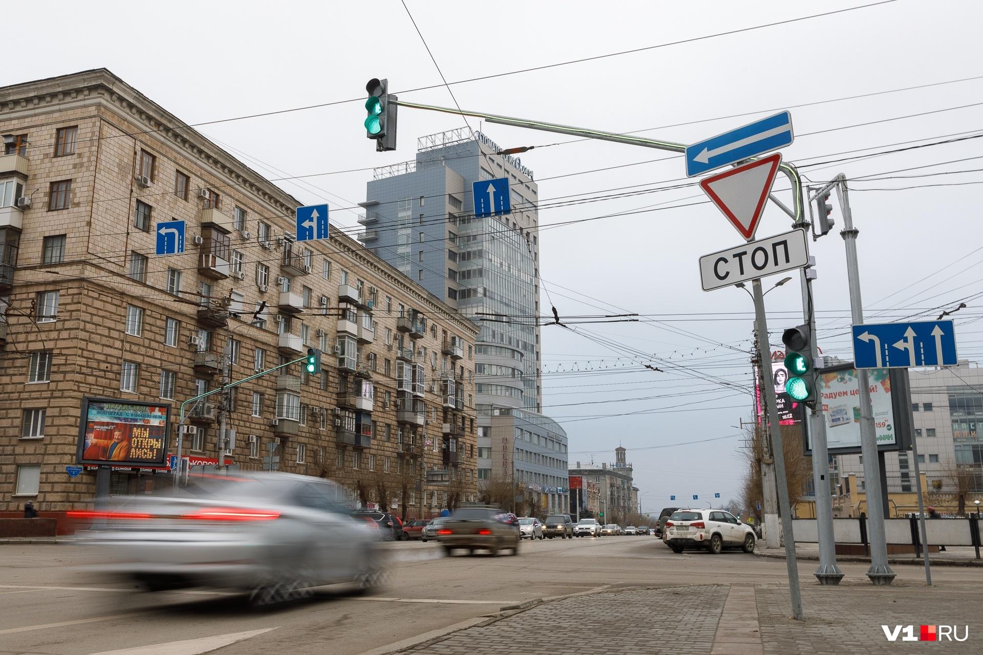 Спасать водителей от невнимательности решили и светофорами на выносных консолях
