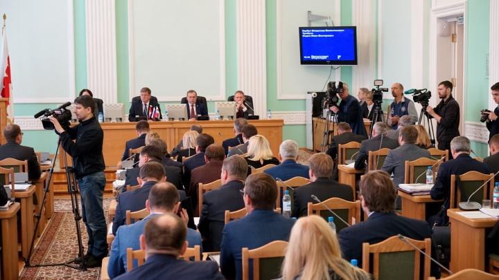 Омские депутаты решили обсудить лишение мандатов за прогулы. Пришли не все