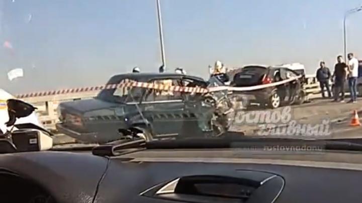 В Ростове на мосту Сиверса ВАЗ вылетел на встречку и столкнулся с иномаркой: есть погибший