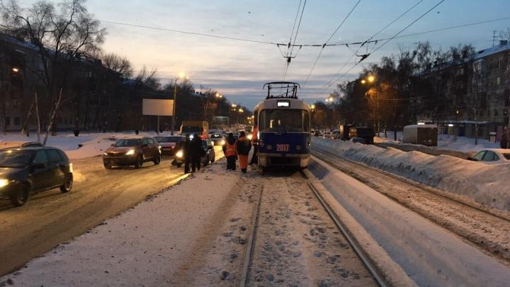 Трамвай сбил мужчину на пересечении XXII Партсъезда и Свободы