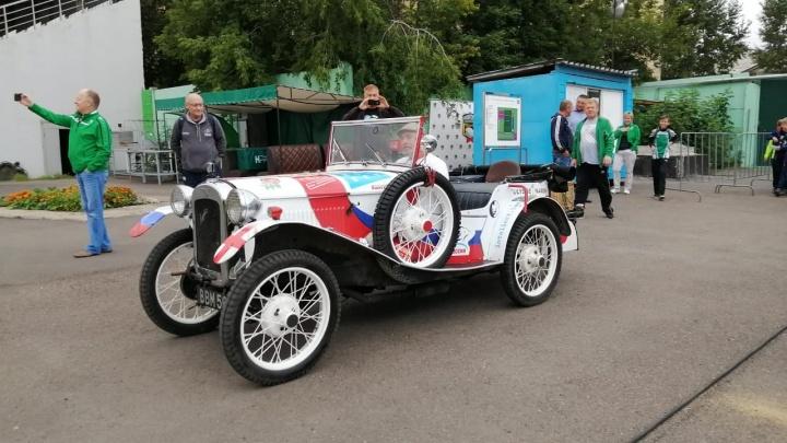 Английский путешественник приехал в Красноярск на ретроавтомобиле 1937 года