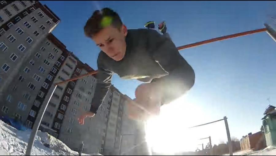 Паркурщики засняли на видео головокружительные прыжки по заборам и сугробам