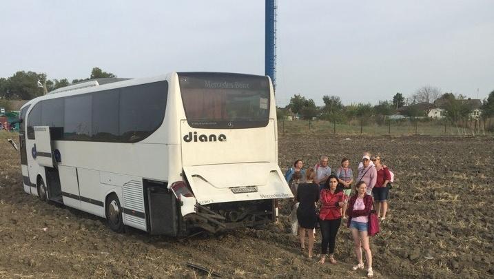 «Водитель хотел нагнать потерянное время»: автобус из Волжского улетел в кювет в Краснодарском крае