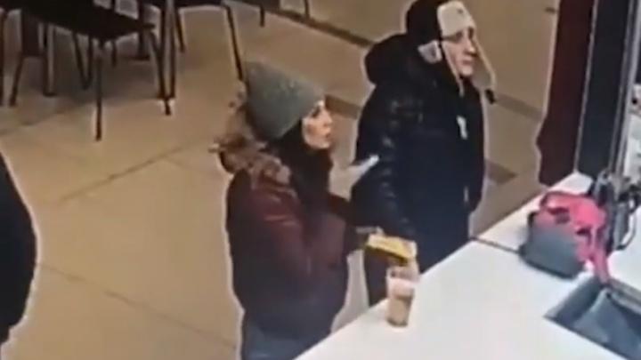В ТРЦ «Академический» парень в ушанке стащил сумку, но попал на запись камер