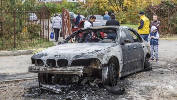 «BMW скатился и пробил бак»: подробности пожара шести машин в Волгограде — в фоторепортаже V1.RU