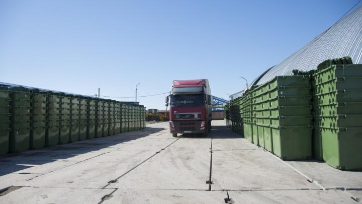 Для омичей привезли первую партию из 500 новых мусорных евроконтейнеров