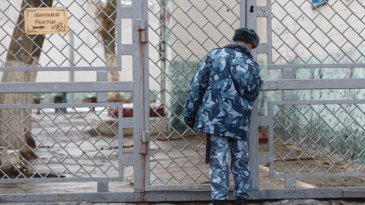 Продавшегося вору за 50 тысяч рублей сотрудника ФСИН отправили под суд в Волжском
