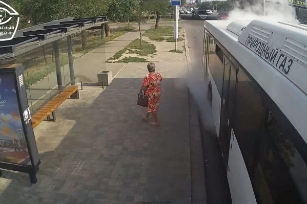 Автобус сдался под натиском вернувшегося в город солнца