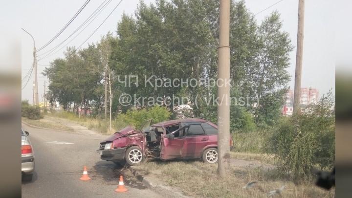 В Красноярске ВАЗ отбросило в столб на Северном шоссе