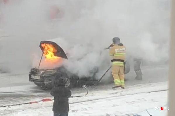 Машина вспыхнула на пересечении проспекта Победы и улицы Каслинской