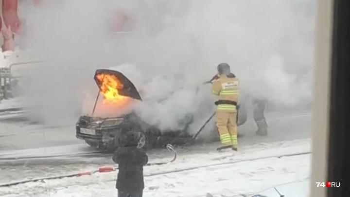 «Хотели помочь, но не смогли»: на челябинском проспекте сгорела машина