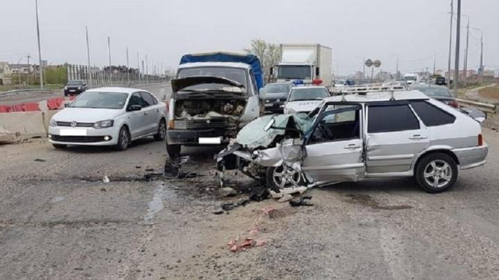 В Волжском водитель «четырнадцатой» вылетел на встречку и врезался в грузовик