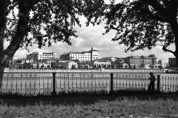До появления Приборостроительного завода на Тарасовской набережной (ныне — улица Горького) была жилая и административная застройка