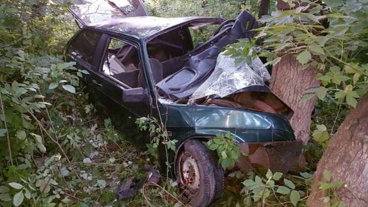 В Башкирии машина с шестью молодыми людьми влетела в дерево