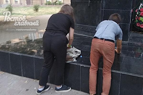 Подростки стали тушить огонь после того, как на них навели камеру