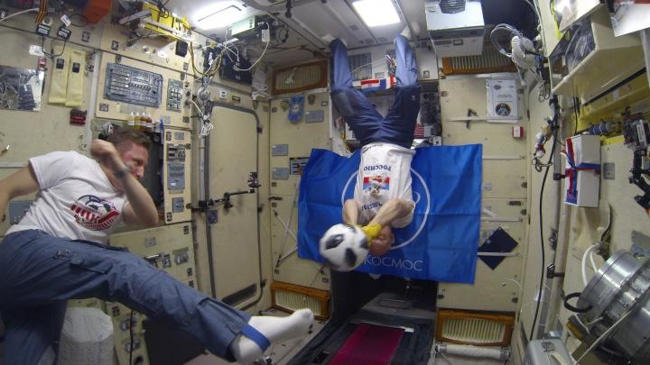 В преддверии финала ЧМ екатеринбургский космонавт с коллегами сыграл в футбол в невесомости
