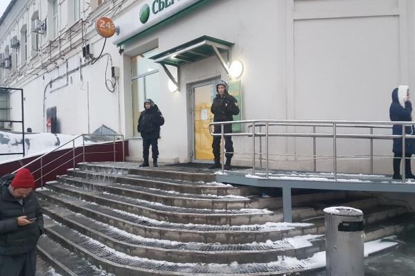 Чтобы разобраться с ситуацией в банке, на место прибыли сотрудники Росгвардии и полиции