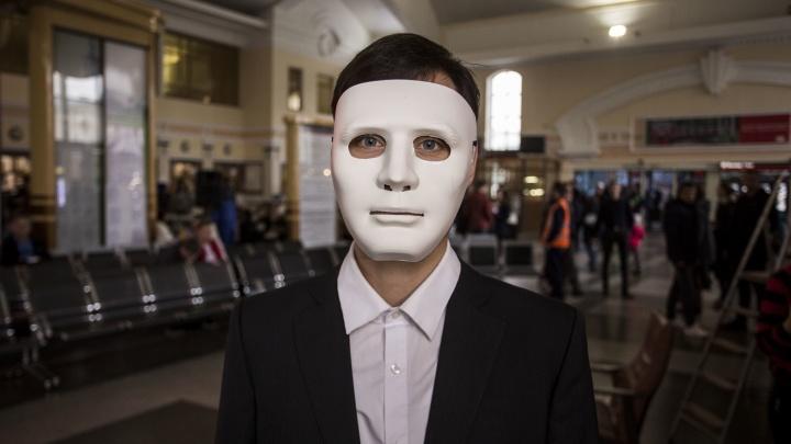 Видео: люди в белых масках собрались на пригородном вокзале