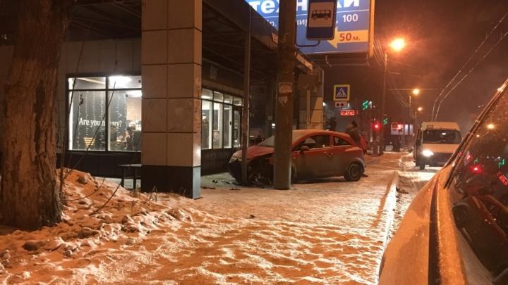 Тормознула в метре от людей: челябинка на Opel вылетела на остановку возле вуза