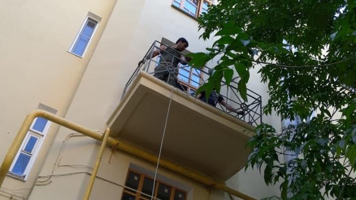 «Хотелось видеть единый стиль»: в Волгограде балконы довоенного дома обнесли новыми решетками