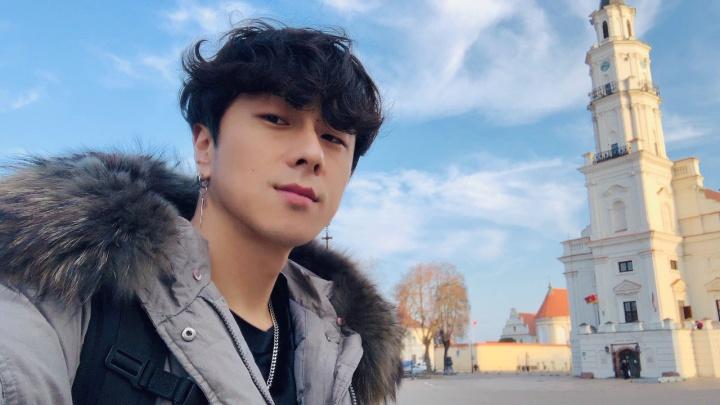 Звезда корейской поп-музыки спел для красноярской бабушки в музее и прогулялся по городу