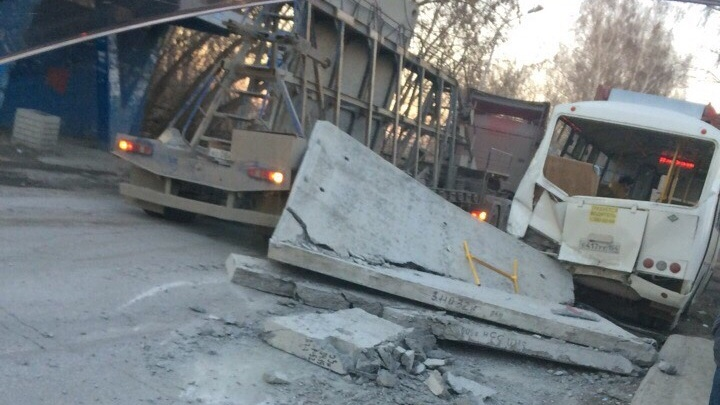 В Кировском районе на пассажирский автобус упала бетонная плита (видео)
