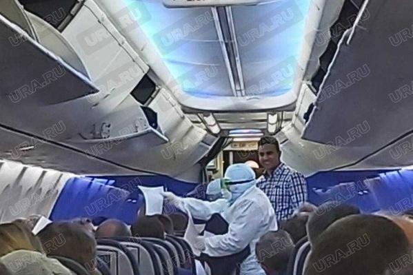 Пассажиров напугали врачи в спецкостюмах