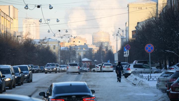 «Бегите, глупцы»: Екатеринбург встал в предновогодние пробки и шутит об этом