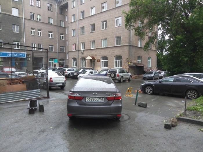 «Я паркуюсь как чудак»: водитель на «Камри» ООО угрожает разбить машины (фото)