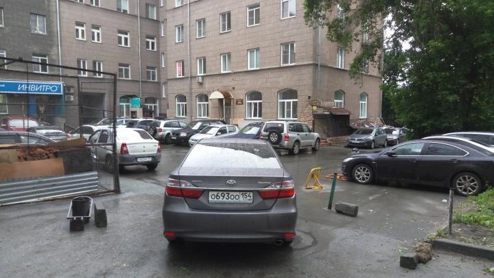 «Я паркуюсь как чудак»: водитель на «Камри» ООО угрожает разбить машины