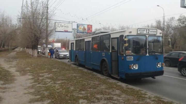 Подрезал и улетел: в резко затормозившем троллейбусе Волгограда пострадали пассажиры