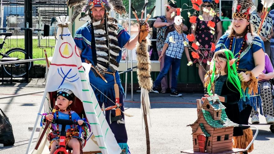 Индейский вигвам, Емеля на печи, пират на корабле: в Перми прошел парад колясок