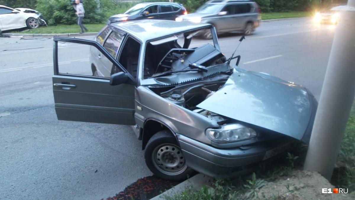 Машину искорежило