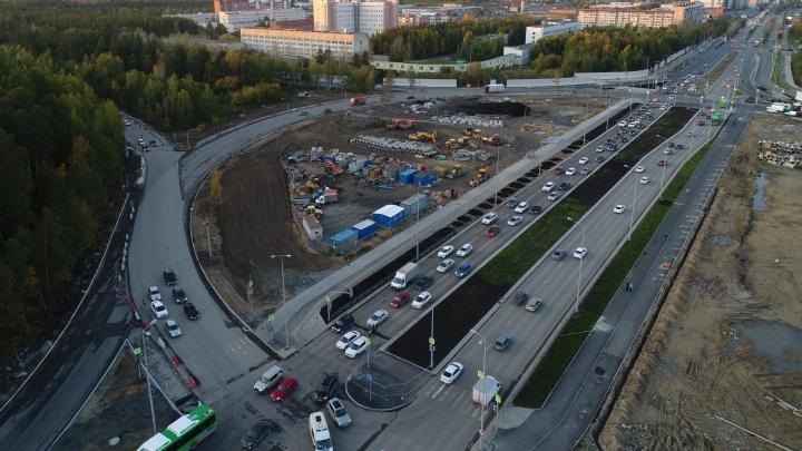 Открыли сквозной проезд в обе стороны: смотрим, как идет реконструкция кольца на Серафимы Дерябиной