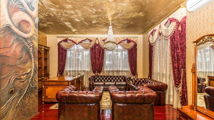 В стиле Versace: в «Долине нищих» продают коттедж с люстрой-кораблём и «морской» комнатой