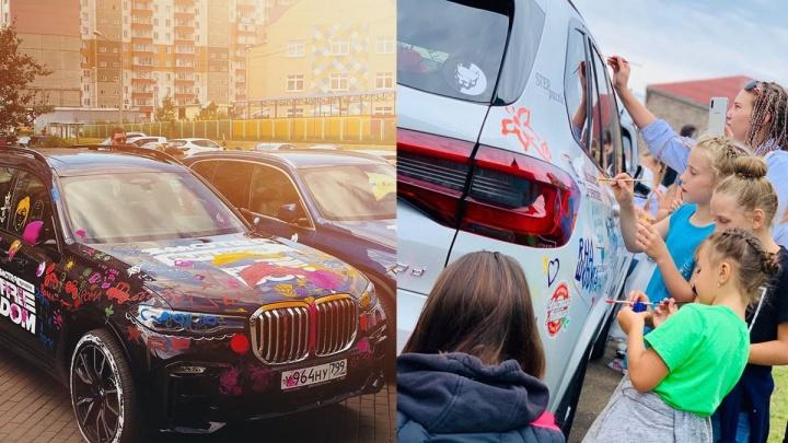 Автоблогер Давидыч приехал в Красноярск и позволил детдомовцам разукрасить элитные авто