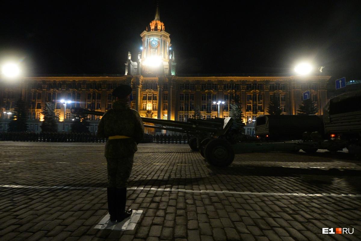 Техника движется и солдаты маршируют по специально нанесенной по площади временной разметке