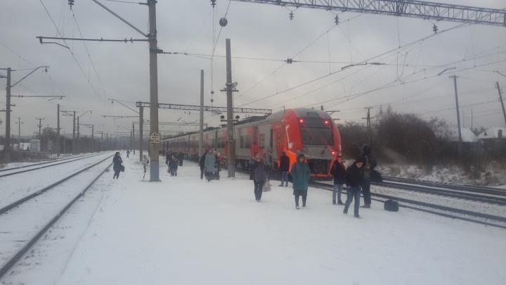 """Погас свет, и всех попросили выйти: утром по пути в Нижний Тагил сломался скоростной поезд """"Ласточка"""""""